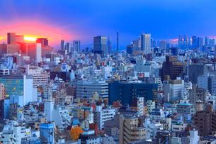 浅草から望む新宿方向のビル群と夕日の写真素材 [FYI01508428]