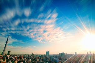 朝日と流れる雲と東京スカイツリーと下町両国の街並の写真素材 [FYI01508452]