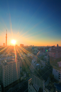 朝日と東京スカイツリーと国際通りの写真素材 [FYI01508538]
