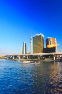 東京スカイツリーと飛行船と水上バスの写真素材 [FYI01508564]