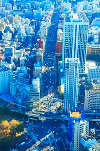 首都高速都心環状線と日比谷通りとビル群の写真素材 [FYI01508603]
