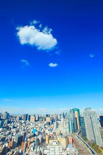 都心のビル群とわた雲と東海道新幹線の写真素材 [FYI01508648]