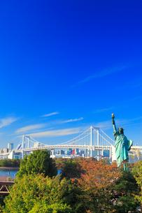 レインボーブリッジと自由の女神像の写真素材 [FYI01508659]