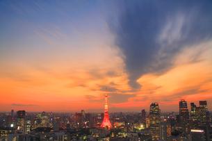 東京タワーのライトアップと富士山,夕夜景の写真素材 [FYI01508757]