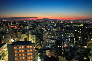 大井など下町の住宅地とビル群と富士山,夕夜景の写真素材 [FYI01508838]