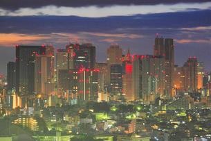 新宿の新都心のビル群の夜明けの写真素材 [FYI01508844]