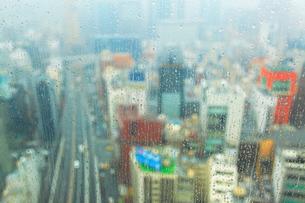 銀座など都心のビル群と東京高速道路と雨の雫に濡れた窓,朝の写真素材 [FYI01508847]
