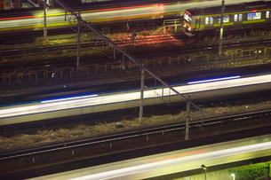 行き交う特急あずさなどの電車,夜景の写真素材 [FYI01508866]