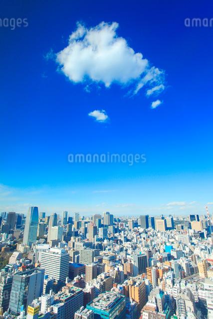 都心のビル群とわた雲の写真素材 [FYI01508894]