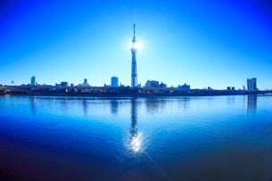 隅田川に映る東京スカイツリーと太陽の光芒の写真素材 [FYI01508943]