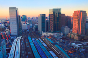 東京駅と電車と丸の内の都心のビル群,朝の写真素材 [FYI01508957]