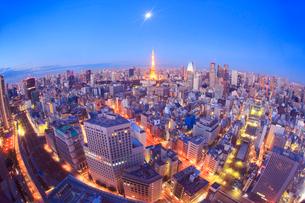 東京タワーとビル群と朝の月の写真素材 [FYI01508974]
