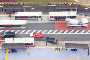 中野駅前北のバスターミナルと道路の写真素材 [FYI01508976]