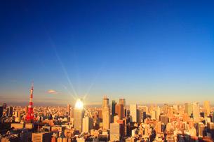 東京タワーと富士山とビルに反射する朝日の光芒と都心のビル群の写真素材 [FYI01509023]
