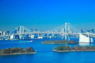 レインボーブリッジと東京タワーと船の写真素材 [FYI01509032]
