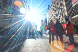 銀座五丁目の歩行者天国の歩行者と太陽の光芒の写真素材 [FYI01509094]