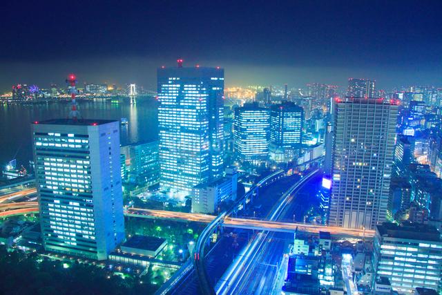 ベイエリアのビル群と東海道新幹線とゆりかもめなどの電車の写真素材 [FYI01509107]
