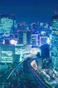 東海道新幹線などの電車と有楽町など都心のビル群,夜景の写真素材 [FYI01509183]