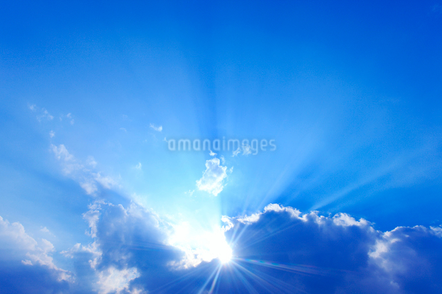 雲から出る太陽の光芒の写真素材 [FYI01509288]