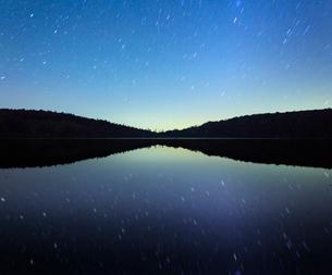 水鏡の白駒池の水面と星空の写真素材 [FYI01509300]