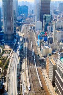 行き交う東海道新幹線とゆりかもめなどの電車の写真素材 [FYI01509326]