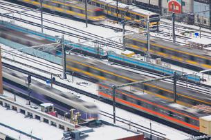 行き交う電車と積もった雪の写真素材 [FYI01509849]