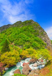 ヒスイ峡の清流と新緑の明星山の写真素材 [FYI01509900]