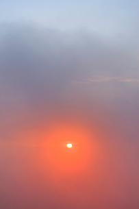 朝霧と朝日の光芒の写真素材 [FYI01509923]