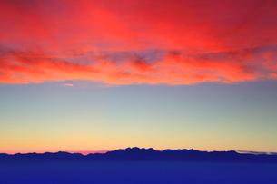 穂高連峰と槍ヶ岳の山並みと夕焼けの写真素材 [FYI01510107]