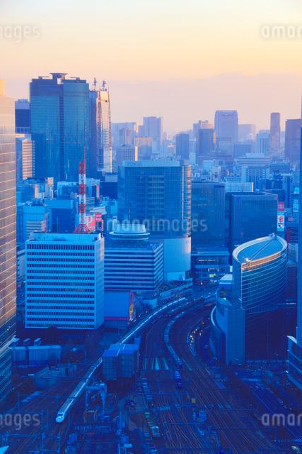東海道新幹線などの電車と有楽町など都心のビル群,夕景の写真素材 [FYI01510177]