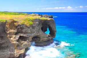 万座毛の岩壁と西方向の海の写真素材 [FYI01510190]