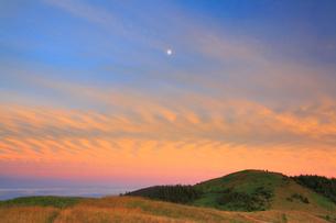 武石峰と月と夕焼けの写真素材 [FYI01510238]