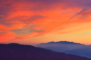 木曽駒ヶ岳など中央アルプスの山並みと夕焼けの写真素材 [FYI01510352]