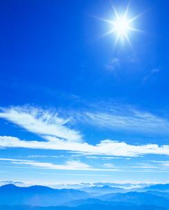 甲斐駒ケ岳方向の山並みと太陽の写真素材 [FYI01510363]
