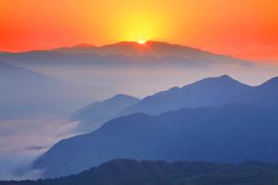 浅間山から昇る朝日の写真素材 [FYI01510500]
