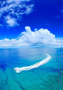 万座毛から望むバナナボートと海の写真素材 [FYI01510524]