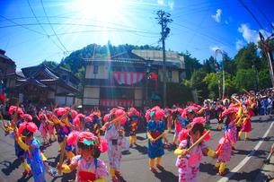 ささら踊りの女の子と別所温泉の温泉街の写真素材 [FYI01510741]