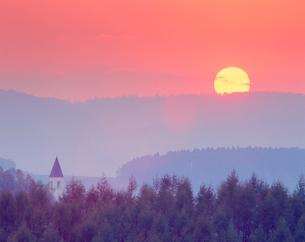 美馬牛小学校の塔と夕日の写真素材 [FYI01510871]