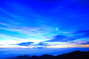 黎明の星空と浅間山などの山並みと雲海の写真素材 [FYI01510923]