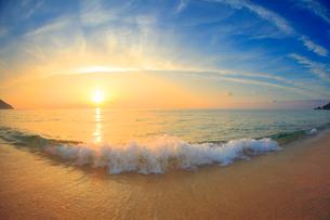 渚に寄せる波と夕日の写真素材 [FYI01510987]