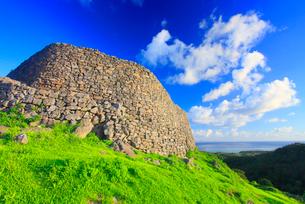 今帰仁城跡の城壁と伊平屋島方向の海遠望の写真素材 [FYI01510998]