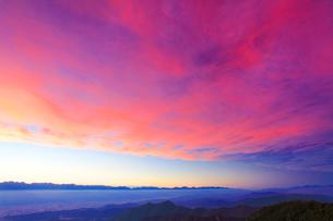 穂高連峰などの山並みと夕焼けの写真素材 [FYI01511026]