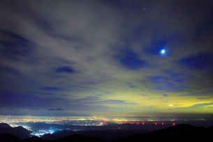 明けの明星と月の出と浅間山などの山並みの写真素材 [FYI01511206]