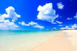 奥間ビーチの渚とわた雲の写真素材 [FYI01511232]