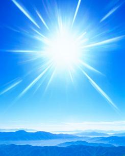 甲斐駒ケ岳方向の山並みと太陽の光芒の写真素材 [FYI01511288]