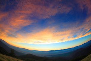 北アルプスの山並みと夕焼けの写真素材 [FYI01511462]