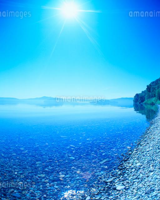 十和田湖と太陽の光芒の写真素材 [FYI01511507]