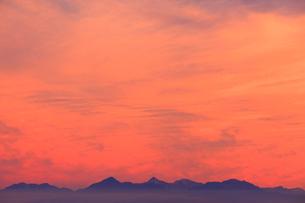 北岳など南アルプスの山並みと夕焼けの写真素材 [FYI01511537]