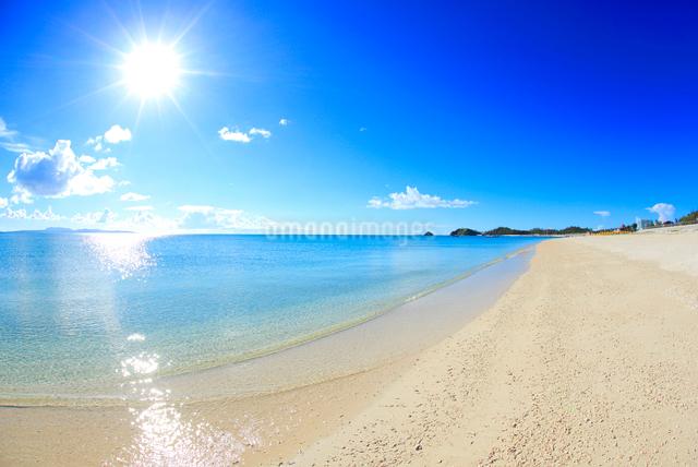 奥間ビーチの渚と太陽の光芒の写真素材 [FYI01511563]