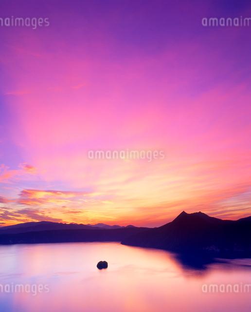 朝焼けの摩周湖の写真素材 [FYI01511603]